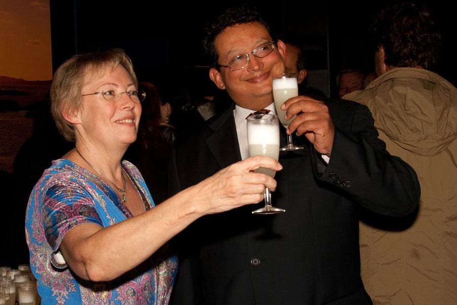 Juliane Diller beim Umtrunk mit Pisco Sour, mit dem stellvertretenden Generalkonsul von Peru, Miguel Guzmán Guzmán