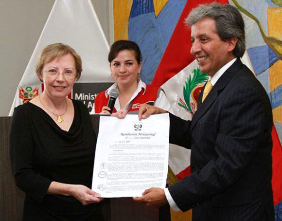 Panguana wird Naturschutzgebiet: Überreichung der Urkunde durch den früheren peruanischen Umweltminister Manuel Pulgar-Vidal am 10. April 2012 in Lima