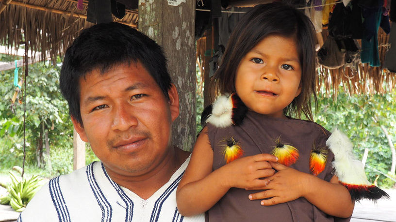 Juliane Dillers Patenkind Ana Cristina mit ihrem Vater, dem Koordinator von Pampas Verde, beide in der traditionellen Cushma