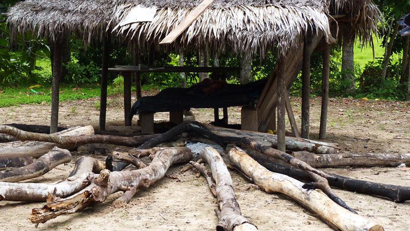 Dieses Feuer brennt lange: Traditionelle Feuerstelle mit langen getrockneten Baumstämmen