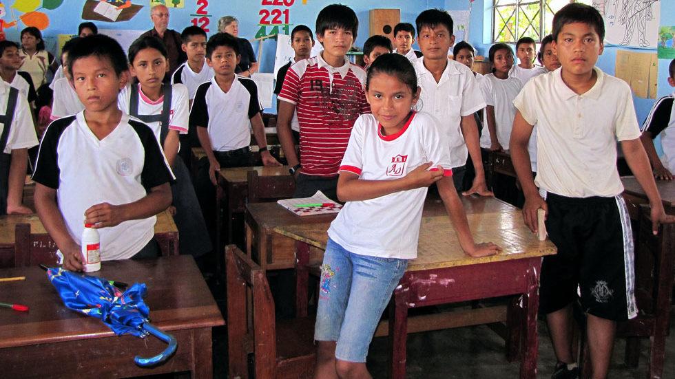 Klassenzimmer einer Secundaria-Schulklasse in Yuyapichis, die von Gästen aus Panguana besucht wird