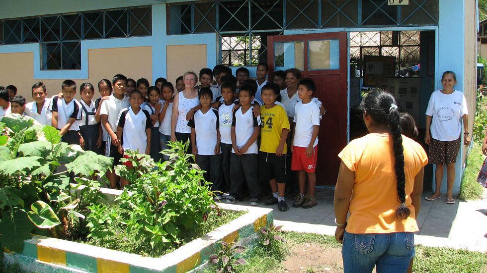 Gruppenfoto mit Schülern vor ihrem Klassenzimmer in Yuyapichis