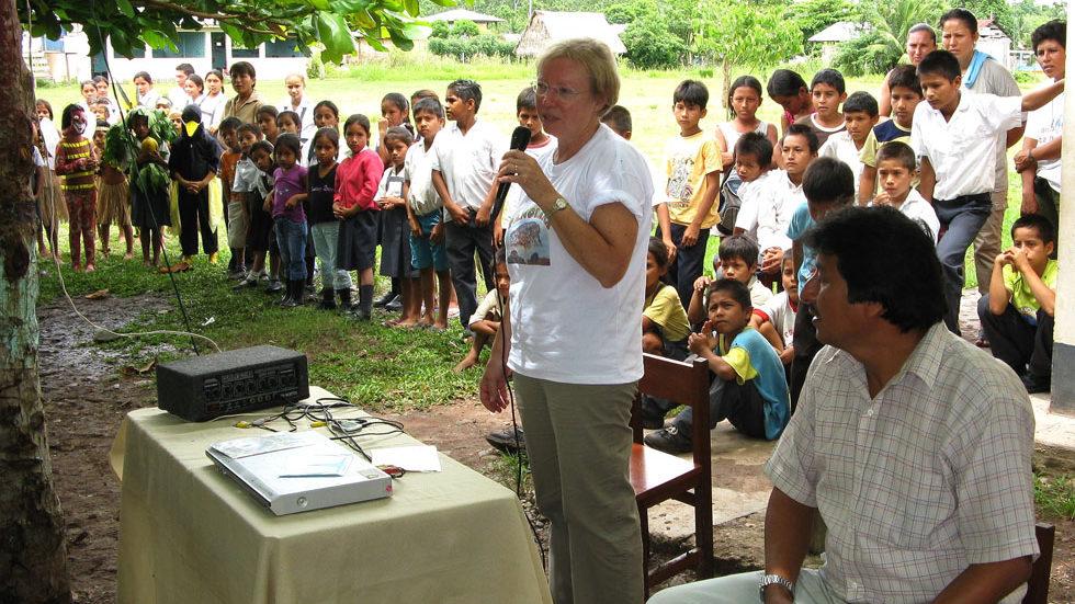 Juliane Diller hält in Yuyapichis einen Vortrag über den Regenwald