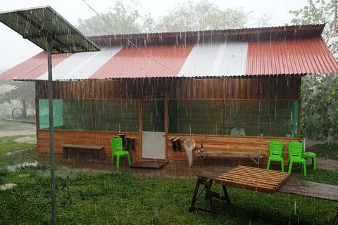 Un buen refugio cuando es incómodo bajo la lluvia: La tercera casa de huéspedes de Panguana con cuatro habitaciones grandes y varios puestos de trabajo para los investigadores