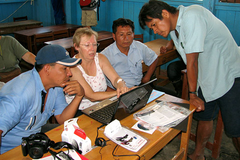 A new laptop, sponsored by the Hofpfisterei upon request, is installed in an Asháninka community center