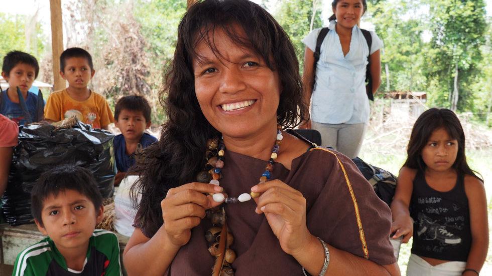 Die Lehrerin von Pampas Verde mit ihren Schülern