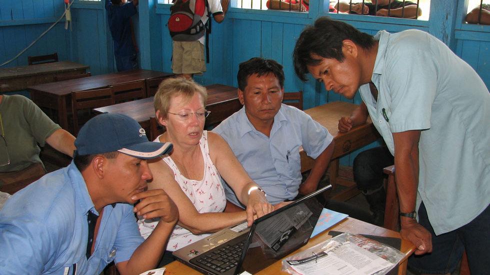 Ein neuer Laptop wurde der Schule von Pampas Verde 2009 übergeben