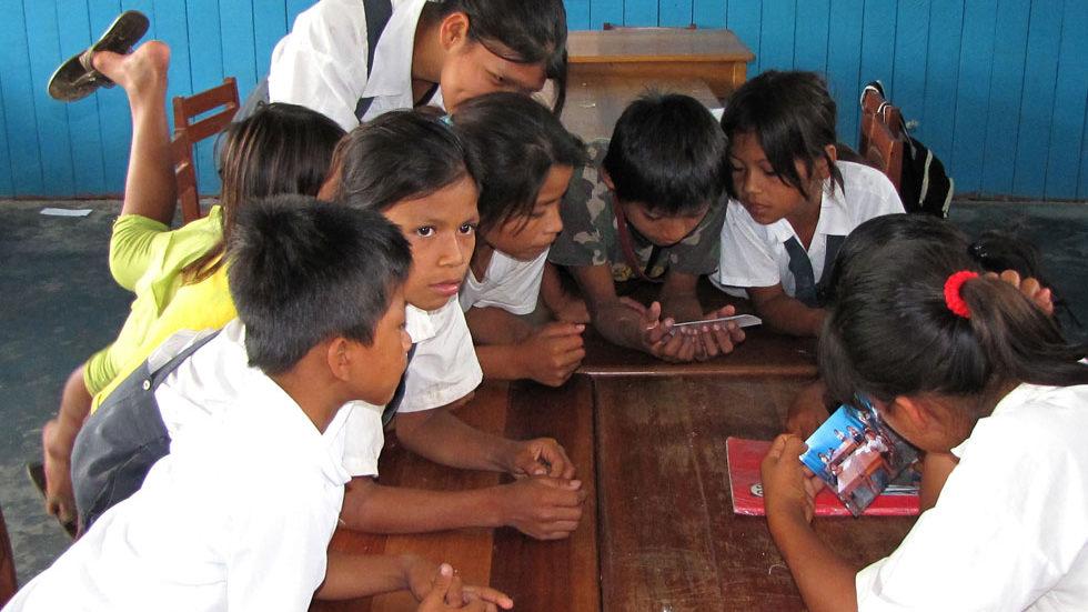 Fotos der Schulkinder werden ausgetauscht