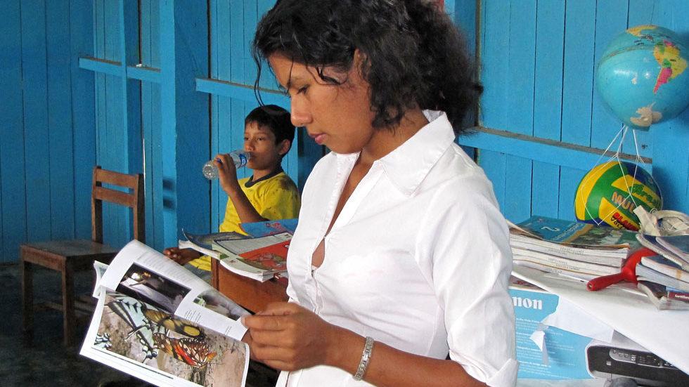 Eine frühere Lehrerin von Pampas Verde mit dem Panguana-Heft