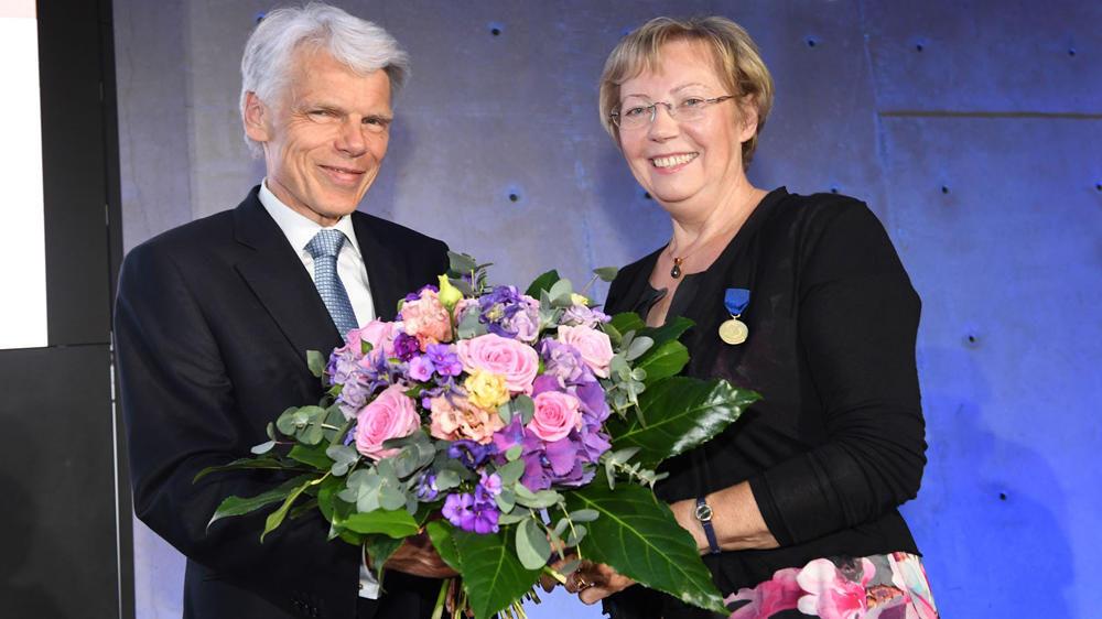 Glückwunsche von Andreas Barner, Präsident des Stifterverbandes, an Juliane Diller Foto: David Ausserhofer