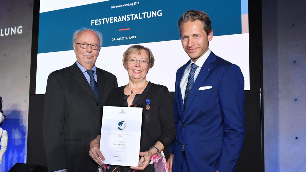 Gratulation auch von Stefan Stolte (re.), Mitglied der Geschäftsleitung des Deutschen Stiftungszentrums, das Juliane Dillers Panguana Stiftung betreut Foto: David Ausserhofer