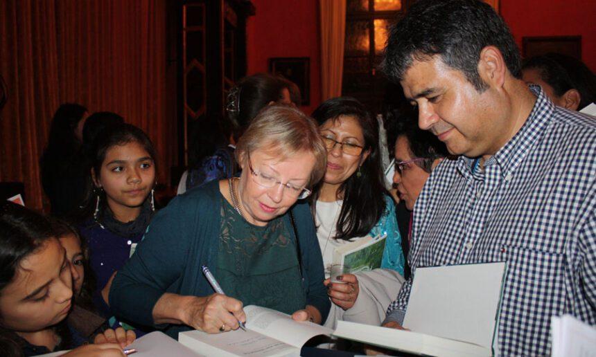 Firma de autógrafos luego de la conferencia por el 25 aniversario del Centro Cultural del Perú en Múnich (2013)