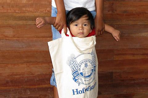 Ein praktisches Geschenk: Asháninkamädchen mit einer Stofftasche der Hofpfisterei