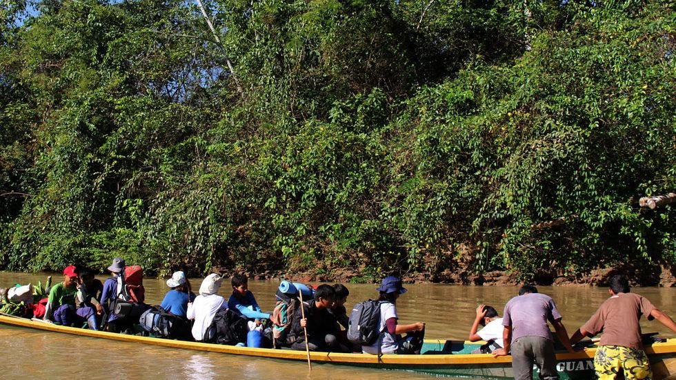 Die 7. Klasse der Waldorf-Schule Lima wird 2013 mit dem Panguana-Boot in Yuyapichis abgeholt