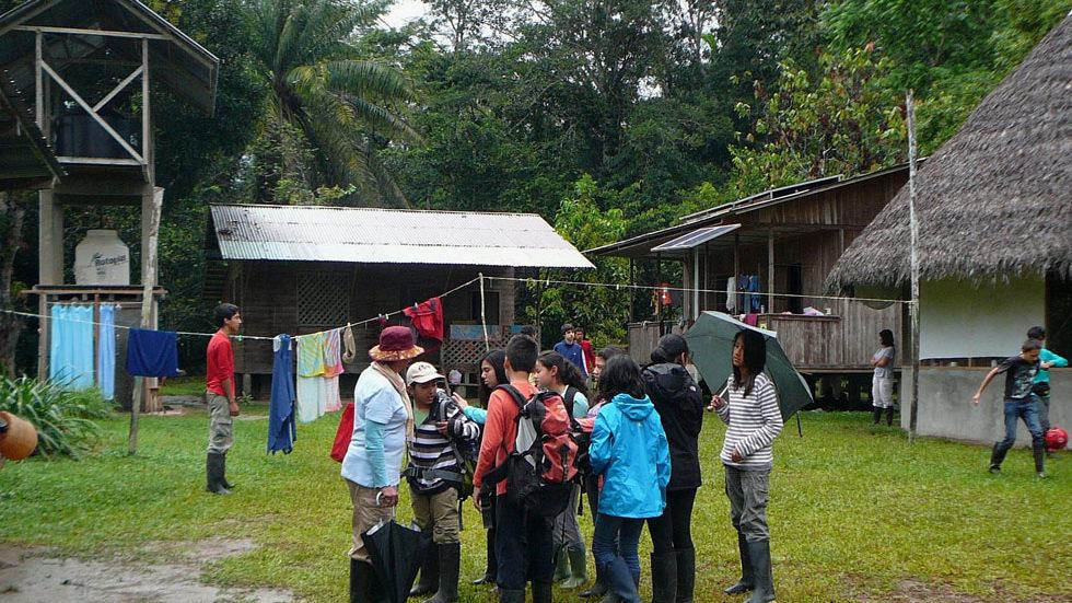 ... erreicht die erste Waldorf-Klasse Panguana im strömenden Regen