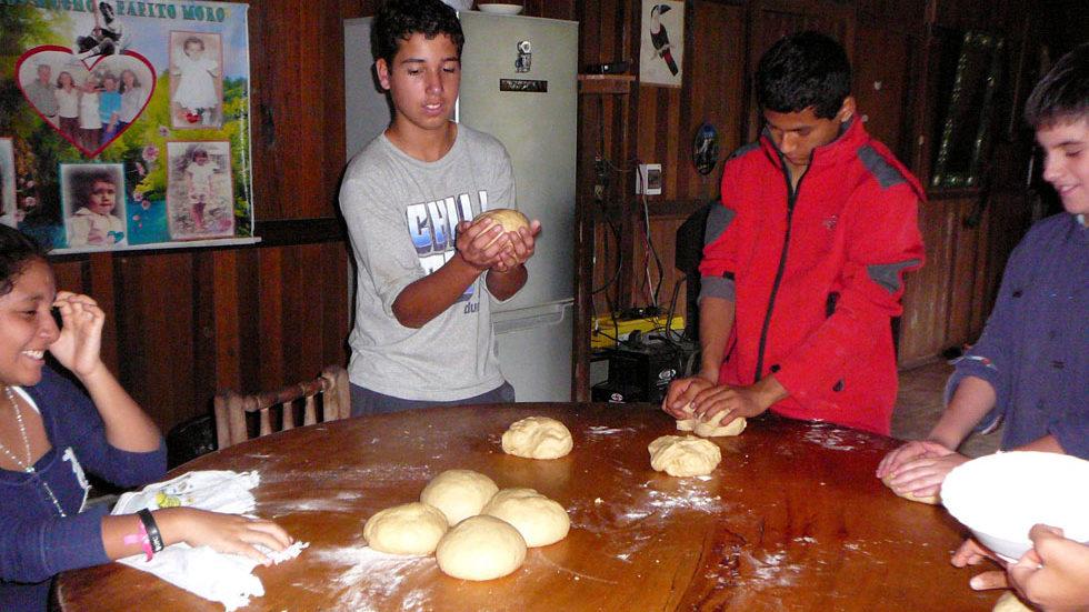 Diese Arbeitsgruppe bereitet in der Küche Brot zu