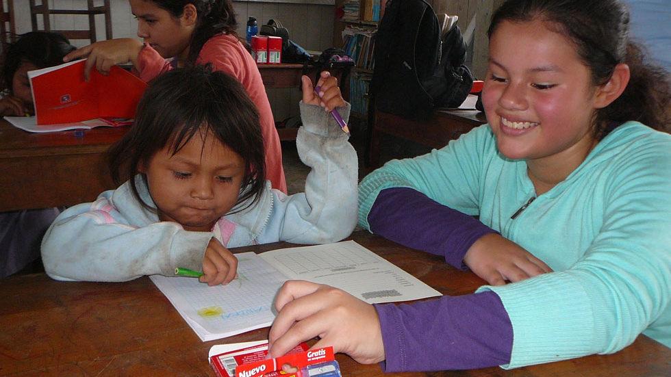 Schüler aus Lima und Pampas Verde malen gemeinsam