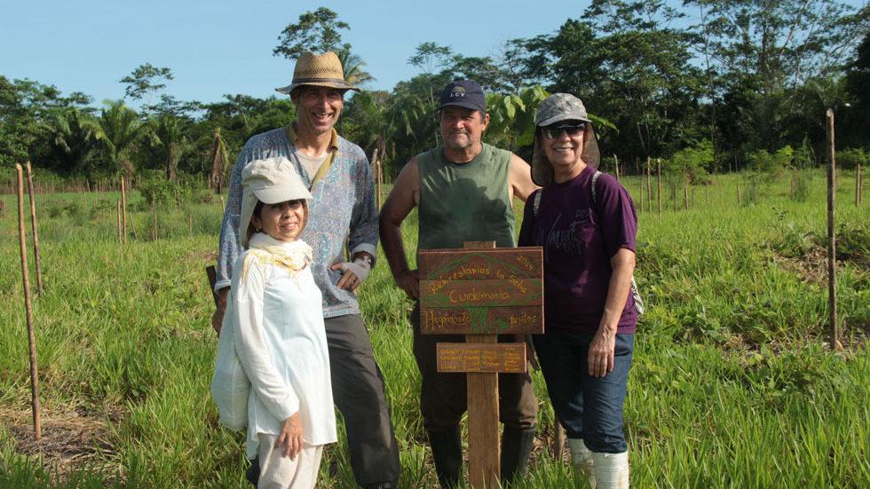 """Eine selbstgemalte Tafel krönt die Pflanzung: """"Wir forsten die Selva wieder auf – lasst uns sie gemeinsam schützen!"""""""